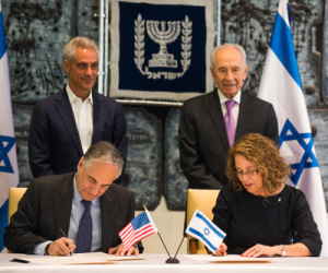 University of Chicago President Robert Zimmer and Ben-Gurion University of the Negev President Prof. Rivka Carmi sign a water research agreement with Chicago Mayor Rahm Emanuel and Israeli President Shimon Peres onlooking.